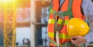 Segurança no trabalho, imagem ilustrativa pessoa usando colete de sinalização e outros equipamentos de proteção individual